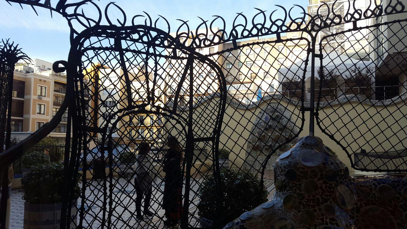 Patio exterior, el hierro trabajado por Gaudí...