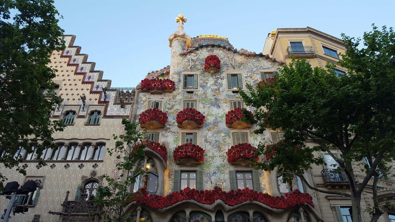 La fachada engalonada espera el despertar del dragón...