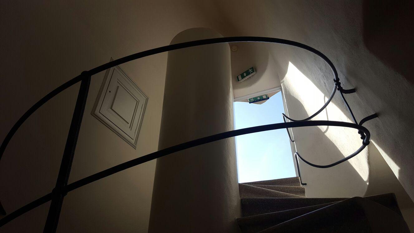Escalera que sube a terraza.