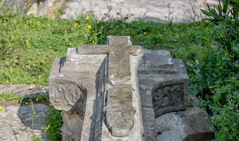 Lápidas, tumbas...sinla palabra «tiempo» apremiando..