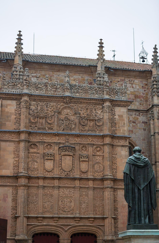 Fray Luis de León en el centro del Patio de Escuelas