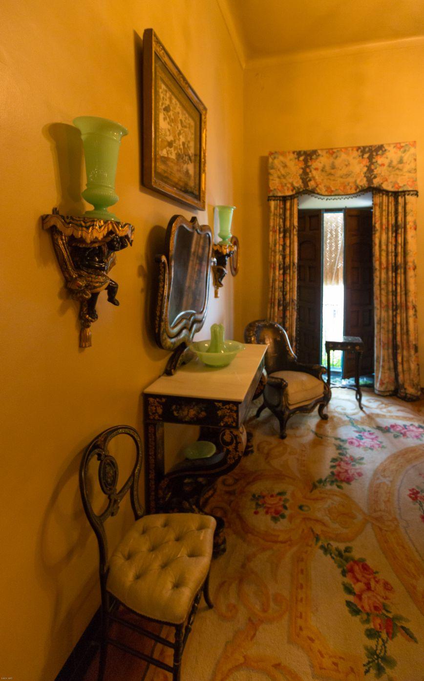 Dormitorio de invitados de gran lujo frente a la austeridad de la alcoba de la marquesa...