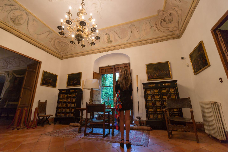 En el Salón de firmas, la madera, tantas veces acariciada antes de importantes rúbricas...