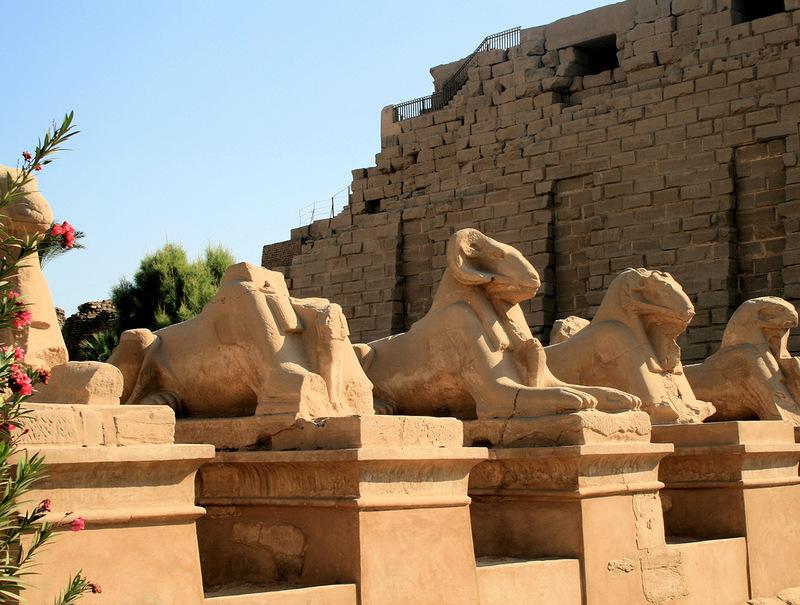 Las esfinges de la entrada tienen cabeza de carnero y cuerpo de león