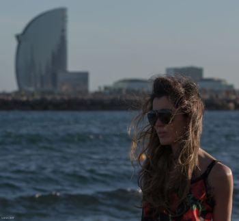 El mar no se conforma con acariciar a Barcelona; la envuelve en una humedad...