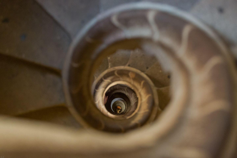 Escalera con cuatrocientos peldaños que captura pensamiento y filosofía...