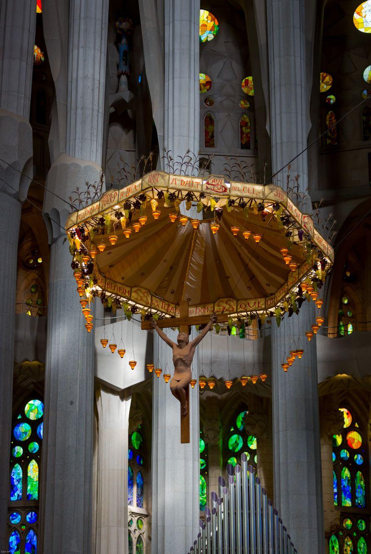 Gaudí en su devoción pensaba que el hombre no debe superar a la grandiosidad divina...