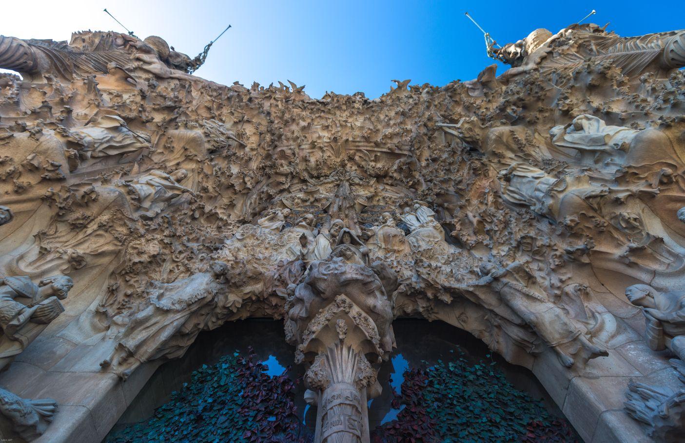Tres fachadas; dedicadas al Nacimiento, Pasión y Gloria...