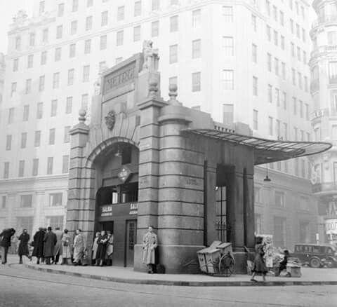 El antiguo templete daba acceso a los ascensores...dos leones flanqueaban el cartel de metro...