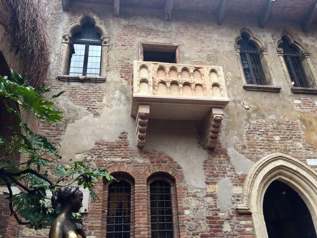 El balcón fue añadido en una reforma de la casa museo, pues al igual que en la primera edición de Romeo y Julieta no existía; Shakespeare lo agregó tras el estreno de la obra