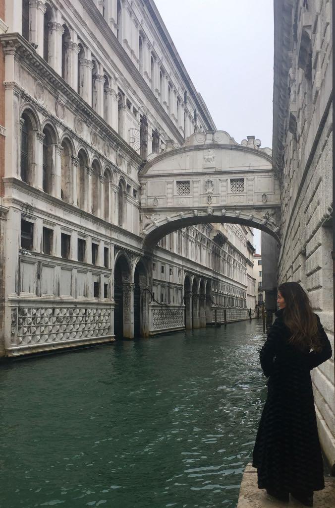 El murmullo del agua en el Puente de los Suspiros...