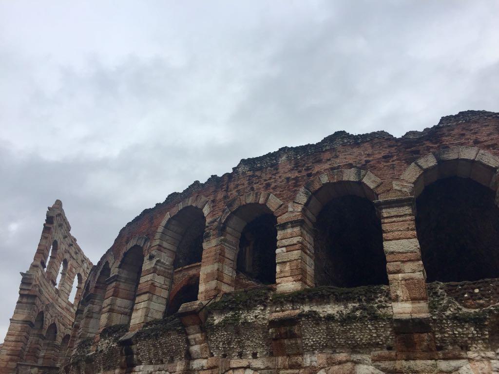 La Arena de Verona, un anfiteatro romano en el que se realizan óperas...