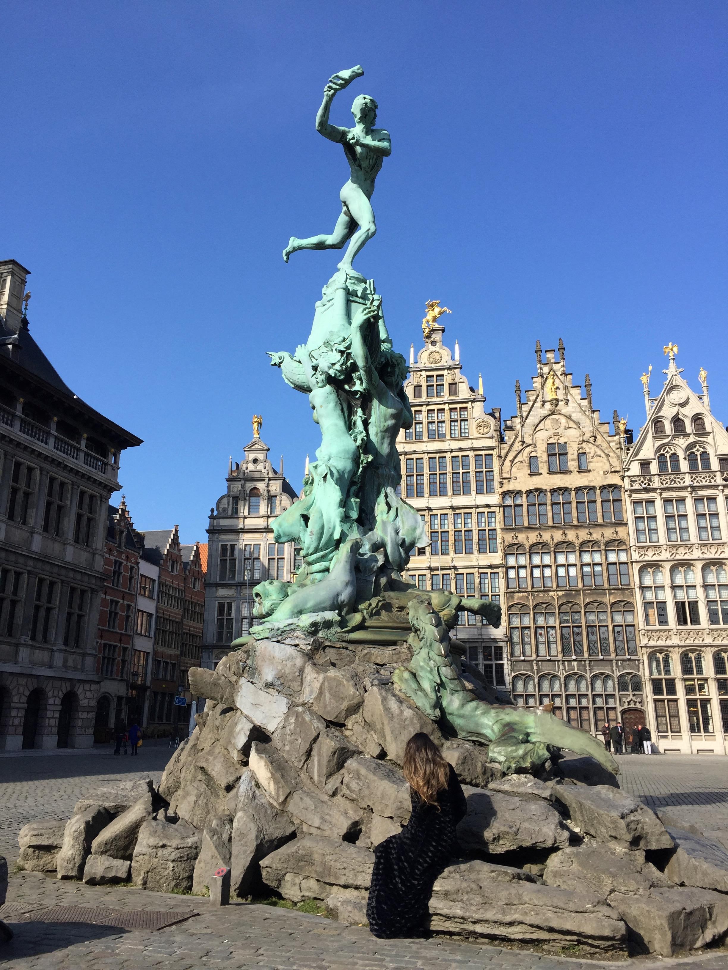 En la Grote Markt, a los pies de la fuente que representa al centurión Silvio Brabo...