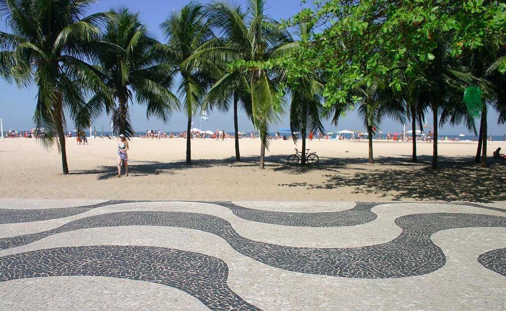 El acerado de Copacabana es un mosaico ondulado de piedras irregulares...