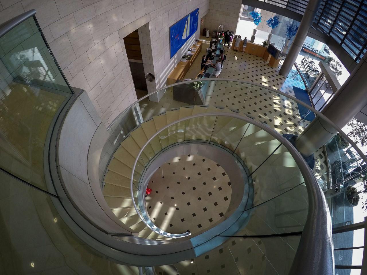 La escalera fue diseñada por el mismo arquitecto de la pirámide del museo Louvre en París