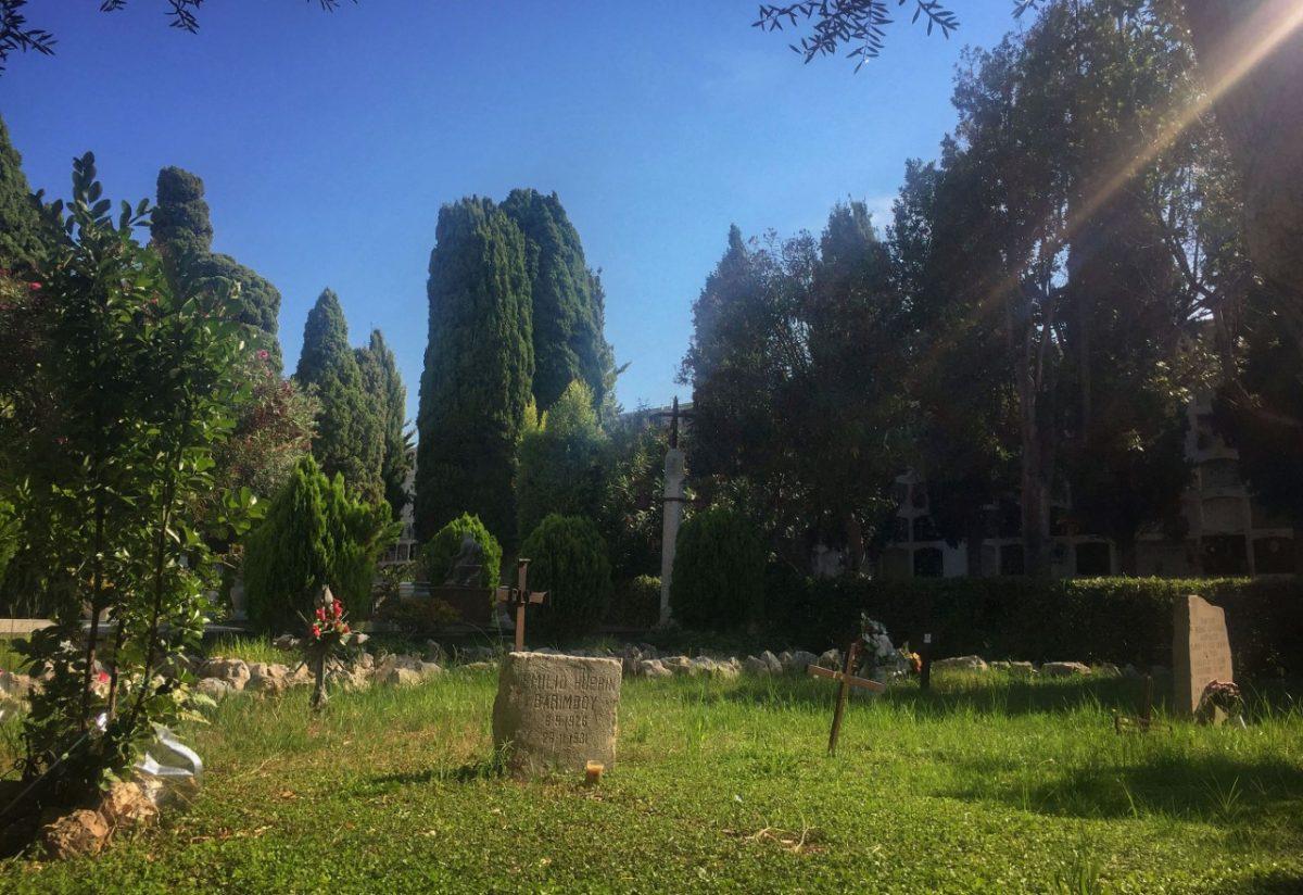 Un bello desorden de lápidas, sepulcros y zonas ajardinadas...
