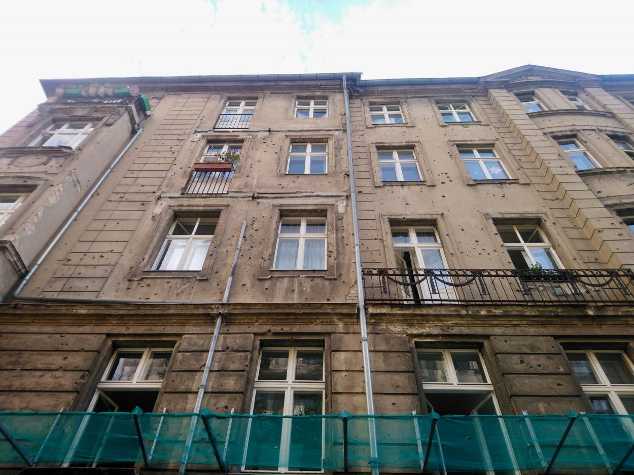Edificios del Barrio Judío con las marcas de metralla en sus fachadas...
