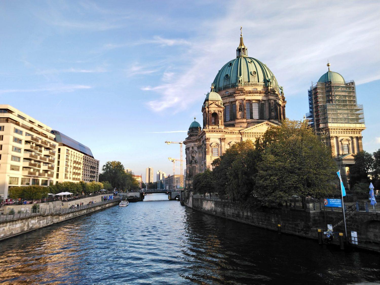 La Isla de los Museos, el río Spree sirve de marco fotográfico a la catedral...