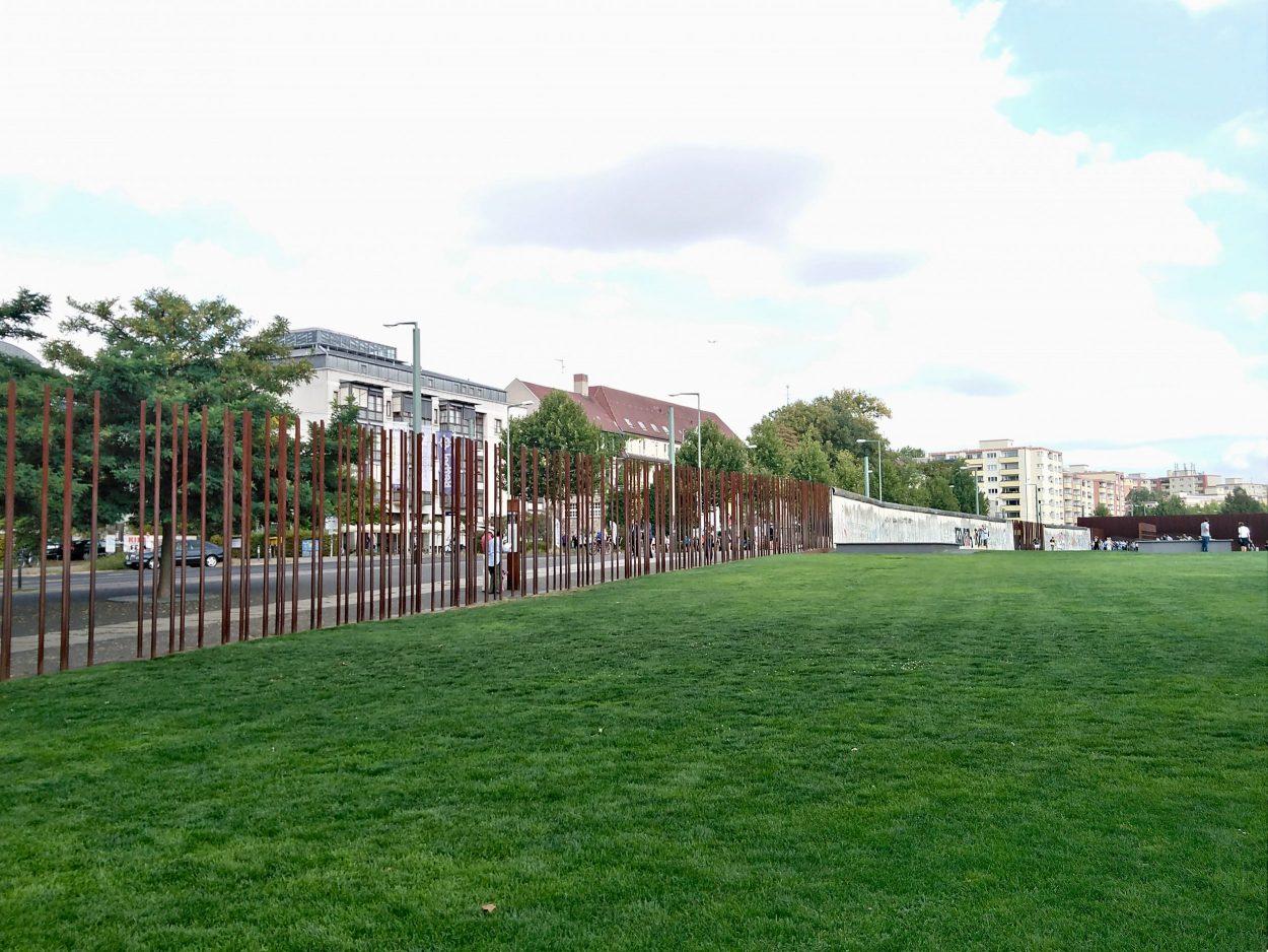 El Memorial del Muro de Berlín tiene una longitud de casi un kilómetro y medio...