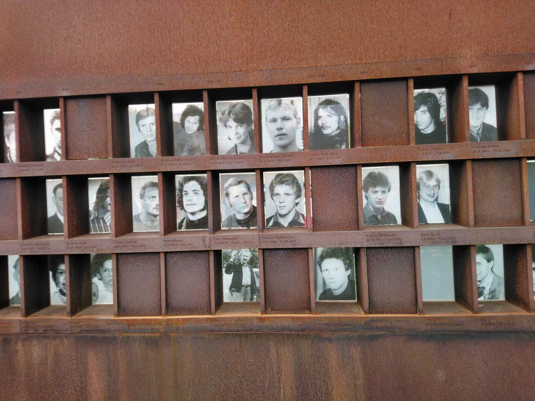 Los espacios vacíos de fotografías representan que el número de víctimas es aún desconocido