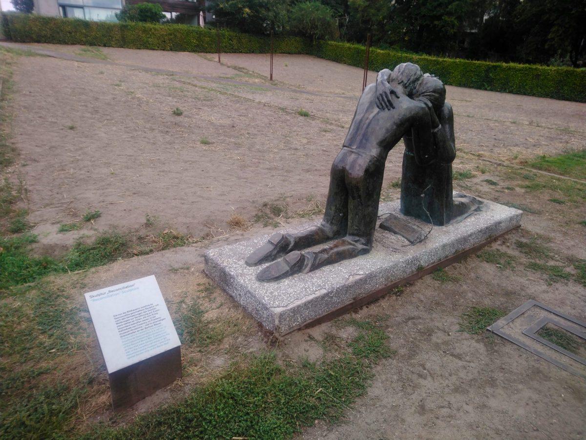 La Reconciliación, hombre y mujer exhaustos, de rodillas y abrazados...