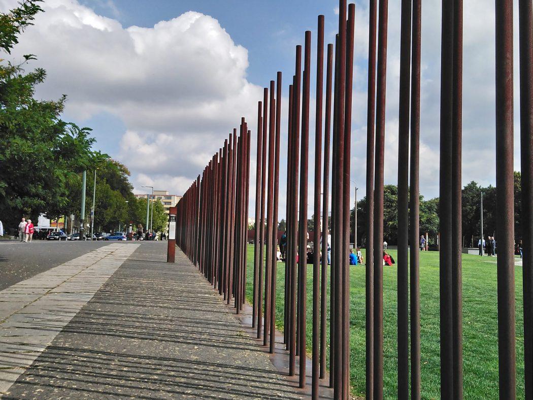 Unos tubos de acero marcan el trazado exacto que el muro recorría