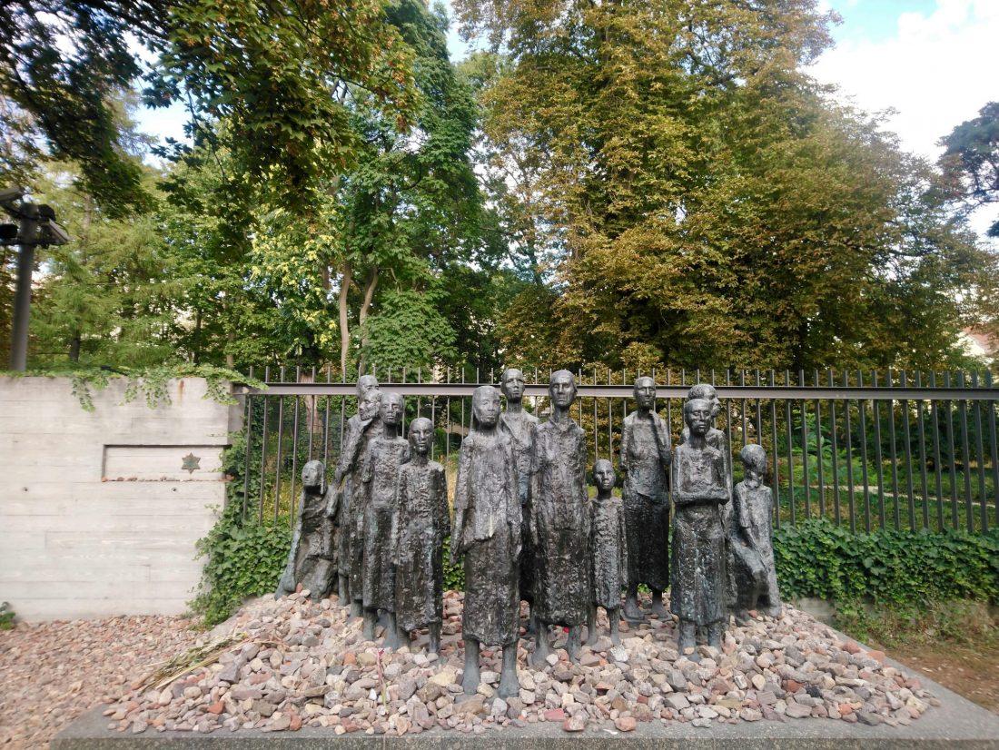 El grupo escultórico del Antiguo Cementerio Judío...