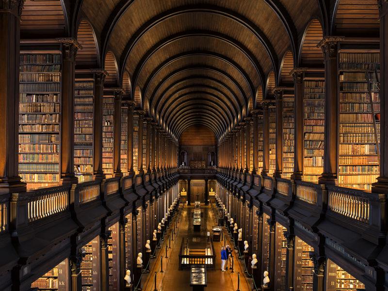 El interminable pasillo de la biblioteca...