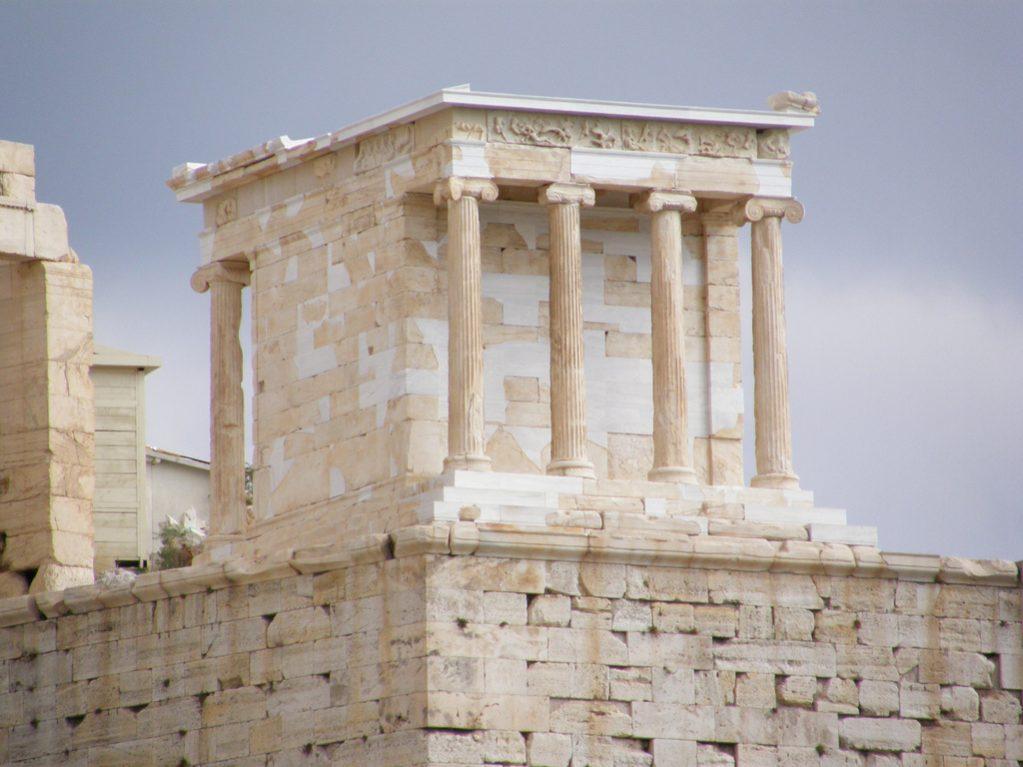 El Templo de Atena Niké, en su interior había una imagen de la diosa...