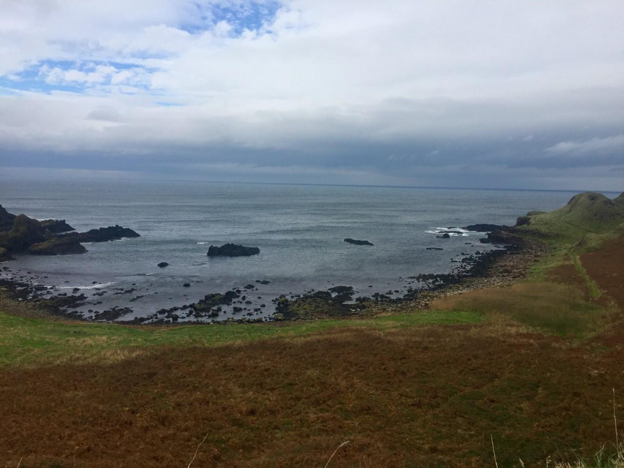 Por el camino que desciende a la Calzada del Gigante se encuentran las bahías de Portnaboe y Port Ganny