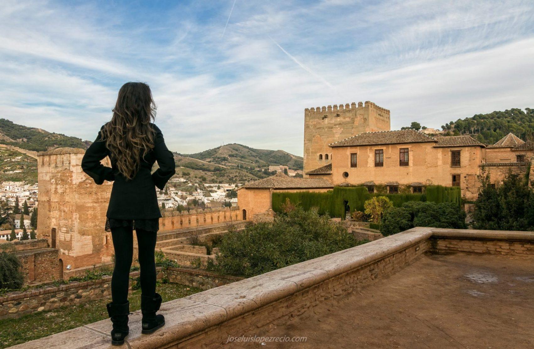 A los pies de su imponente Alhambra...