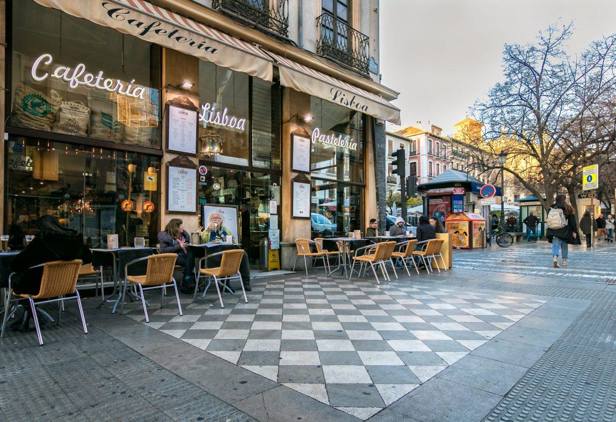 La cafetería Lisboa en una esquina de Plaza Nueva...