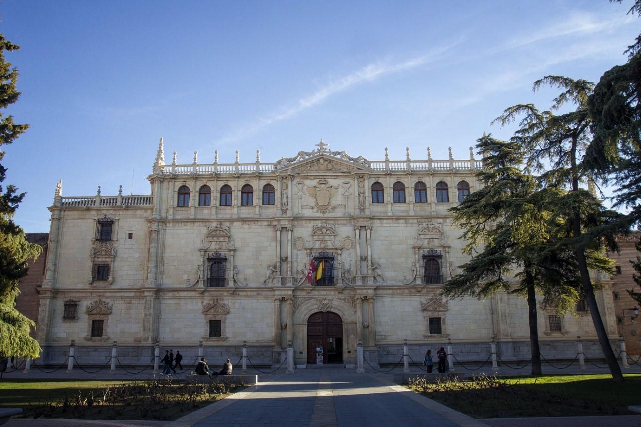 La imponente fachada de la universidad...