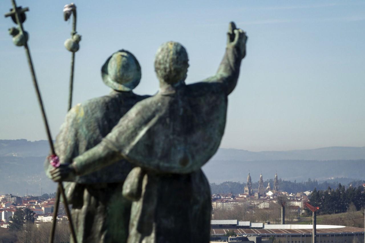 La visión en la distancia de las torres de la Catedral de Compostela