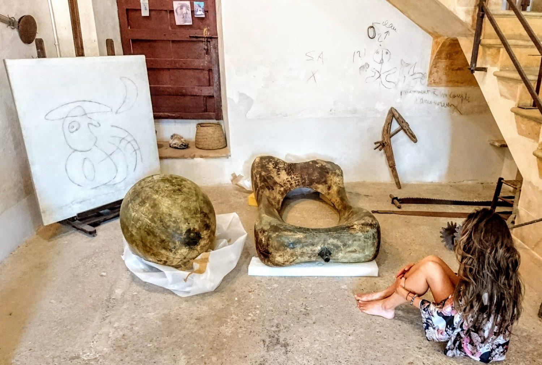 Frente a la obra de Miró, se percibe la libertad que otorga el arte