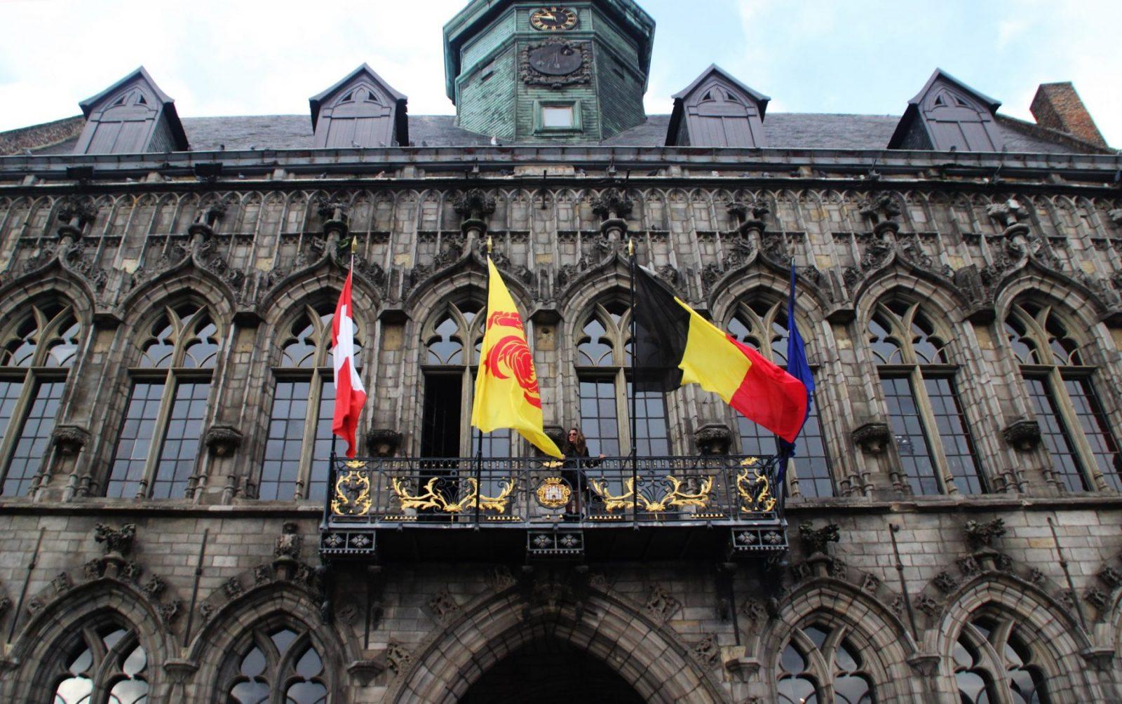 La imponente fachada del ayuntamiento...